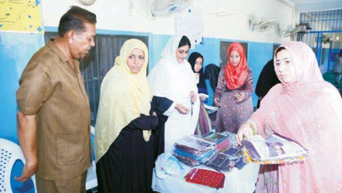 ایڈیشنل ڈسٹرکٹ اینڈ سیشن جج شازیہ آصف خواتین قیدیوں میں عید کے جوڑے تقسیم کر رہی ہیں