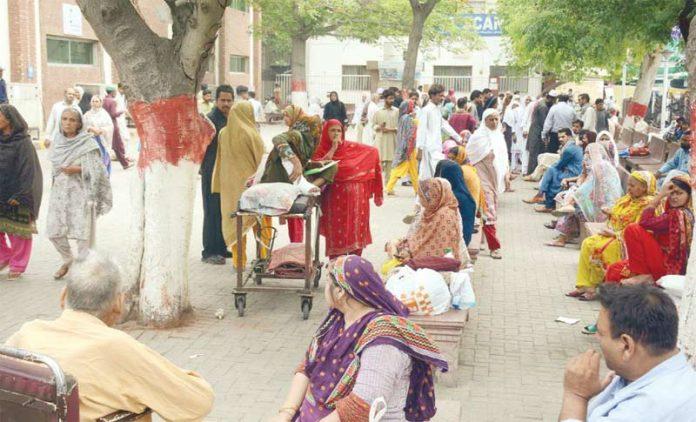 لاہور: ینگ ڈاکٹرز کی ہڑتال کے باعث مریضوں کی بڑی تعداد اسپتال کے باہر جمع ہے