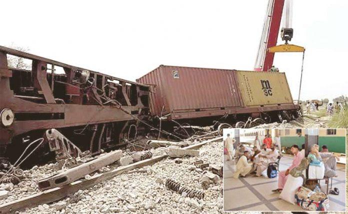 بھریا روڈ: ریلوے عملہ حادثے کے بعد ٹریک بحال کرنے میں مصروف ہے، چھوٹی تصویر میں حیدرآباد اسٹیشن پر مسافر پریشان بیٹھے ہیں