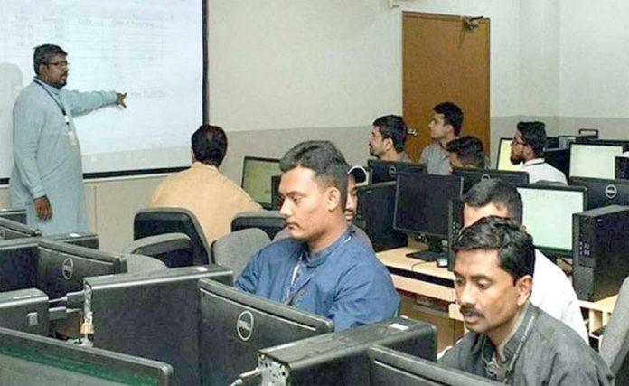 محمد علی جناح یونیورسٹی کے نان ٹیچنگ اسٹاف کے تربیتی پروگرام سے فیصل خان ورکشاپ سے خطاب کر رہے ہیں