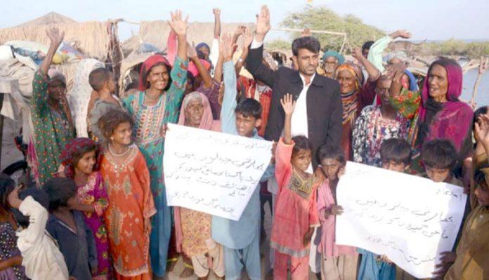 فشرمین سجاگ فورم کی جانب سے چیئرمین محمد بخش جٹ بھارت میں قید ماہی گیروں کے اہل خانہ کے ساتھ احتجاج کر رہے ہیں