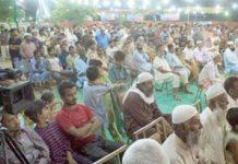 امیر جماعت اسلامی کراچی حافظ نعیم الرحمن،سید عبدالرشید ، فاروق نعمت اللہ جماعت اسلامی ضلع گلبرگ کے تحت الخدمت مفت بازار کے شرکا سے خطاب کررہے ہیں ' جبکہ دوسری جانب مستحقین میں راشن تقسیم کیا جارہا ہے