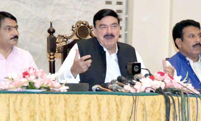 لاہور:وزیر ریلوے شیخ رشید افطار ڈنر کی تقریب میں میڈیا سے گفتگو کررہے ہیں