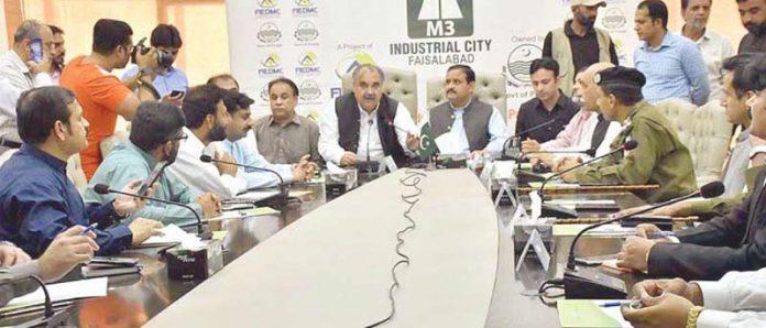 فیصل آباد: وزیراعلیٰ پنجاب عثمان بزدارمقامی تاجروں کے وفد سے خطاب گفتگو کررہے ہیں