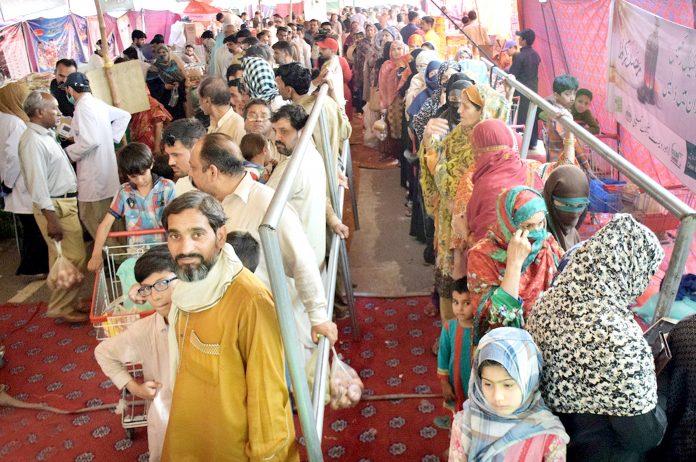 لاہور:شہری باغبانپورہ رمضان بازار میں چینی خریدنے کیلیے قطاریں بنائے کھڑے ہیں