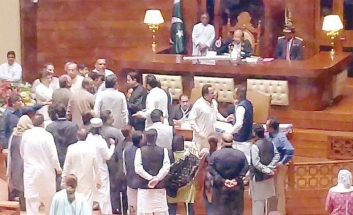 کراچی: سندھ اسمبلی اجلاس کے دوران اسپیکر ڈائس کے قریب اپوزیشن و حکومتی ارکان ایک دوسرے سے الجھ رہے ہیں