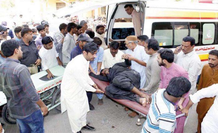 لاڑکانہ: ٹریفک حادثے میں زخمی ہونے والوں کو اسپتال منتقل کیا جارہا ہے
