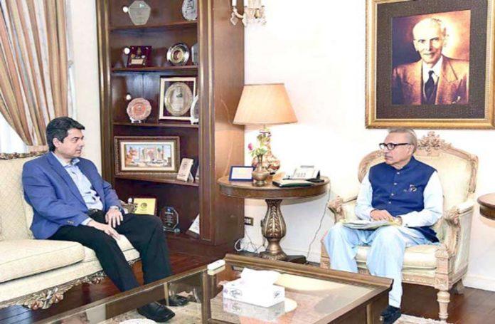 اسلام آباد: صدر مملکت ڈاکٹر عارف علوی سے وفاقی وزیر قانون محمد فرخ نسیم ملاقات کررہے ہیں