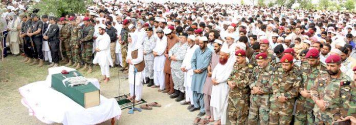 ہری پور:دہشت گرد حملے میں شہید نیوی اہلکار محمد عباس خان کی نمازہ جنازہ ادا کی جارہی ہے