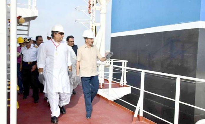 کراچی: وفاقی وزیر پورٹس اینڈ شپنگ علی زیدی پی این ایس سی کے نئے آئل ٹینکرز کا معائنہ کررہے ہیں