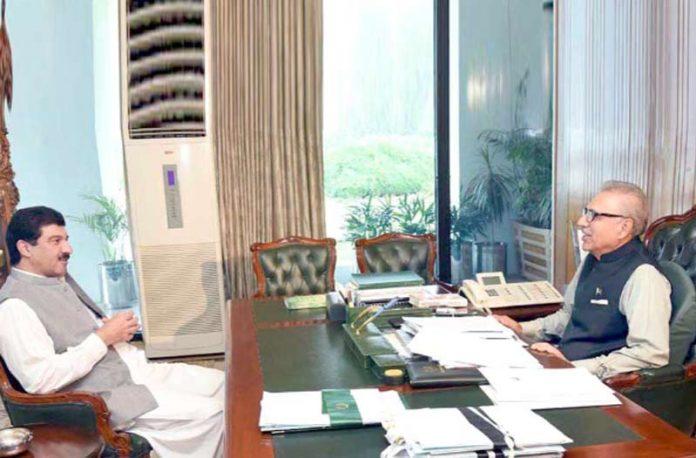 اسلام آباد: صدر مملکت ڈاکٹر عارف علوی سے ڈپٹی اسپیکر خیبر پختونخوا اسمبلی محمود جان ملاقات کررہے ہیں