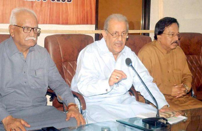 کراچی: پیپلزپارٹی کے رہنما رضاربانی پریس کانفرنس کررہے ہیں