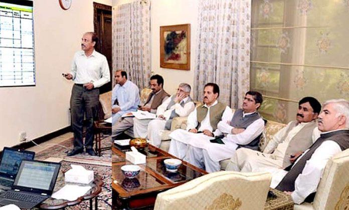 پشاور:وزیراعلیٰ پختونخوامحمود خان کو بس ریپڈمنصوبے کے حوالے سے بریفنگ دی جارہی ہے