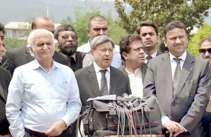 اسلام آباد،سابق صدر آصف علی زرداری کے وکیل فاروق ایچ نائک احتساب عدالت کے باہر میڈیا سے گفتگو کررہے ہیں