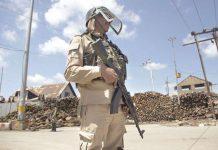 سری نگر: ایک قابض فوجی ہڑتال کے دوران الرٹ کھڑا ہے