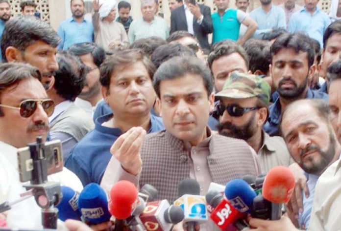لاہور: پنجاب اسمبلی میں اپوزیشن لیڈر حمزہ شہباز لاہور ہائیکورٹ میں پیشی کے بعد میڈیا سے گفتگو کررہے ہیں