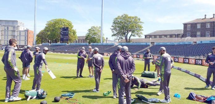 برسٹل: پاکستان کرکٹ ٹیم کے کھلاڑی تیسرے ون ڈے میچ سے قبل پریکٹس کے دوران ہیڈ کوچ سے ٹپس لے رہے ہیں