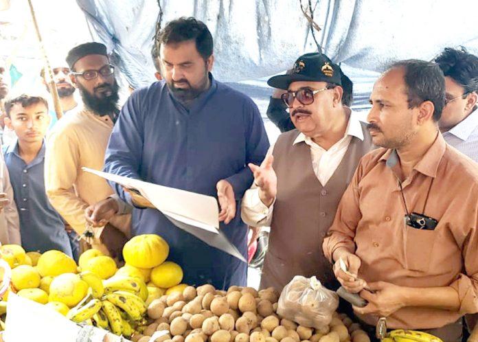 اسسٹنٹ کمشنر گلبرگ فیاض مہیسر کے ساتھ چیئرمین کیپ کوکب اقبال پھلوں کی قیمت کا جائزہ لے رہے ہیں