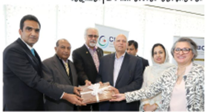 صدر کینیڈا پاکستان بزنس کونسل سمیرڈوسل گورنر پنجاب چوہدری محمد سرورکو گفٹ پیش کررہے ہیں