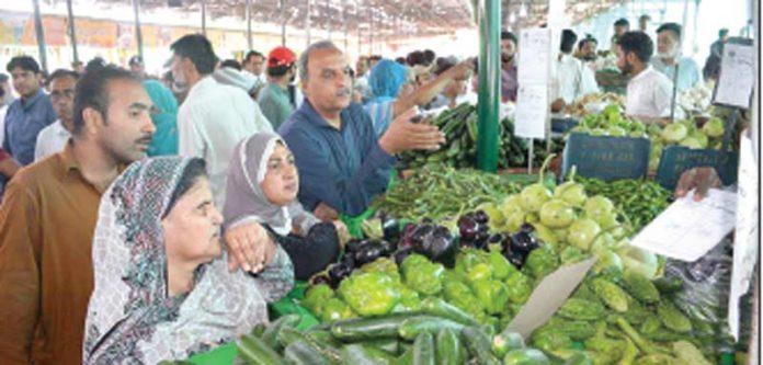 فیصل آباد میں لوگ سستا رمضان بازار سے سبزیوں کی خریداری کررہے ہیں