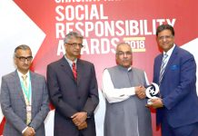 میٹرو پاکستان کے ڈائریکٹر کارپوریٹ افیئرز پرویز اختر مجیب الرحمن شامی سے ایوارڈ وصول کررہے ہیں