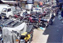 راولپنڈی،بوہر بازار پر غیرقانونی طورپر موٹرسائکلیں کھڑی ہیں جو پیدل چلنے والوں کے لیے مشکلات پیدا کررہی ہیں