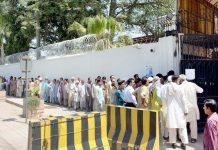 فیصل آباد ،نئے نوٹ حاصل کرنے کے لیے شہری اسٹیٹ بینک پاکستان کے باہر قطار میں کھڑے اپنی باری کا انتظار کررہے ہیں