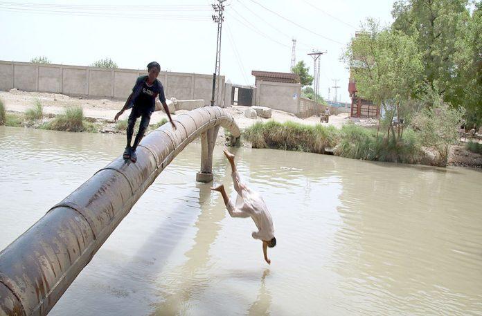 حیدرآباد ،گرمی کے ستائے ہوئے منچلے موری کینال میں چھلانگ لگارہے ہیں جو کسی بھی حادثے کاباعث بن سکتا ہے