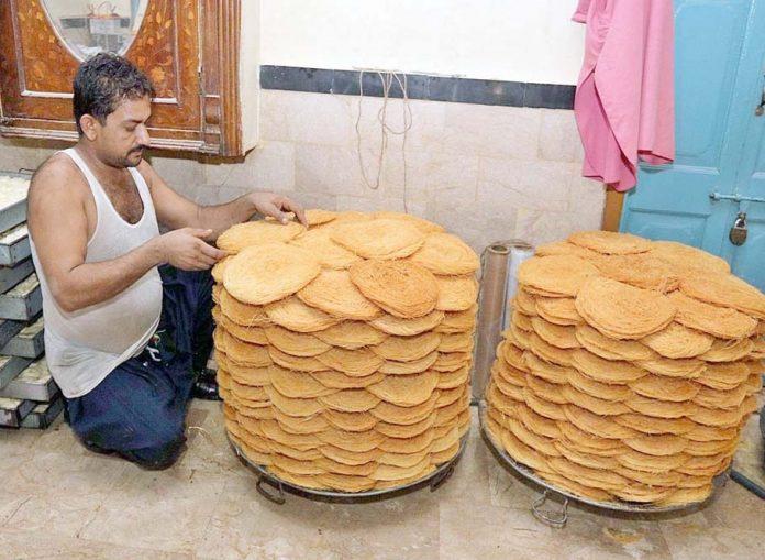حیدر آباد : ایک شخص کارخانے میں کھجلے کی تیاری میں مصروف ہے