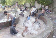 لاہور،گرمی کے ستائے ہوئے منچلے دھرم پورہ کینال میں نہا رہے ہیں