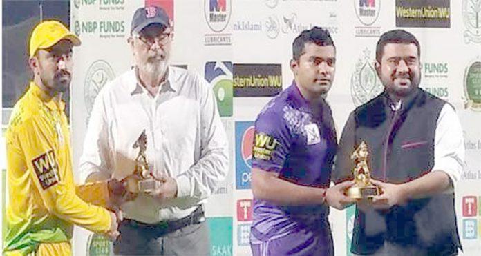 ۔7واں کارپوریٹ ٹی ٹوئنی کپ' عمر اکمل اور عادل امین مین آف دی میچ ایوارڈ تابش جاوید اور جلال الدین سے وصول کررہے ہیں