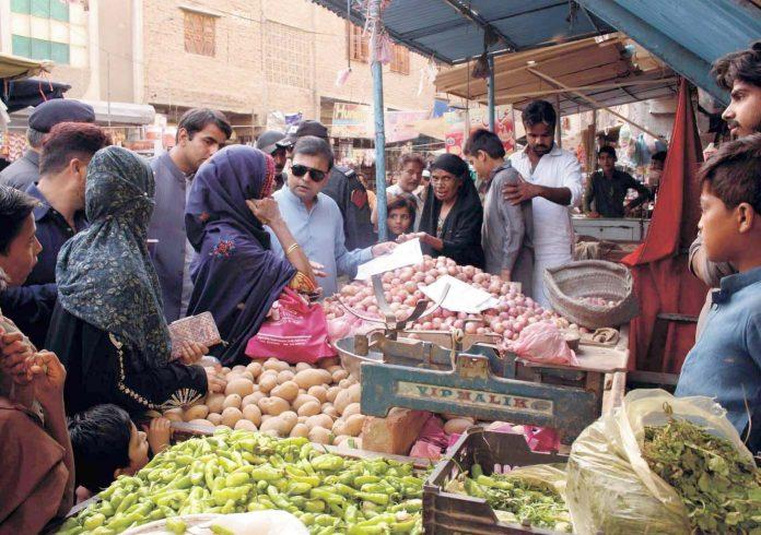 حیدر آباد : اسسٹنٹ کمشنر سٹی فراز احمد صدیقی لیاقت کالونی قائد آباد بازار میں منافع خوری روکنے کے لیے اشیا کے دام معلوم کررہے ہیں