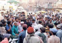 حیدر آباد : اسسٹنٹ کمشنر سٹی فراز احمد صدیقی ماہ صیام میں منافع خوری روکنے کے لیے مختلف بازاروں کا دورہ کررہے ہیں