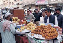 حیدر آباد : ڈویژنل کمشنر محمد عباس بلوچ اسسٹنٹ کمشنر سٹی فراز احمد صدیقی کے ہمراہ اشیا خورو نوش کی قیمتیں معلوم کررہے ہیں