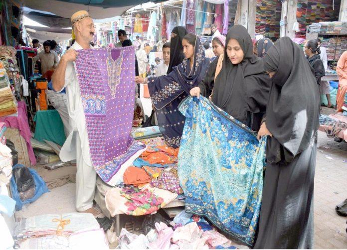 حیدر آباد : عیدالطفر کی مناسب سے خواتین بازار میں ایک دکان سے کپڑے کی خریداری کررہی ہیں