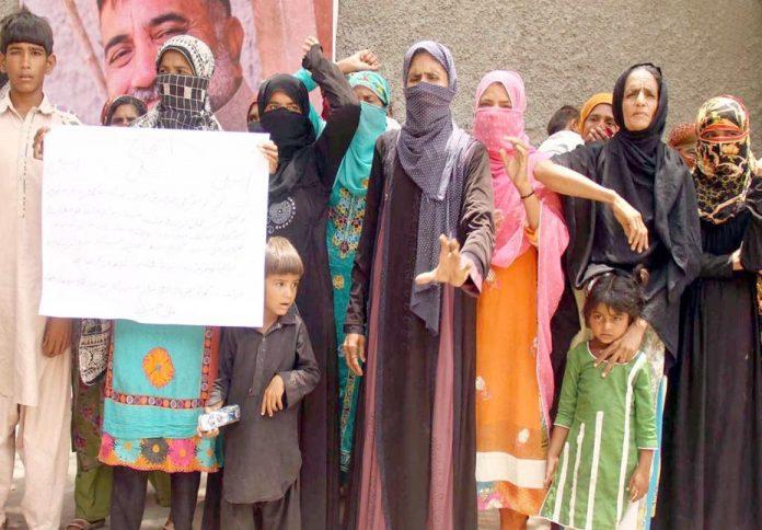 حیدر آباد : ہالا ناکا کے قریبی دیہات کی خواتین بااثر افراد کی زیادتی کیخلاف سراپا احتجاج ہیں