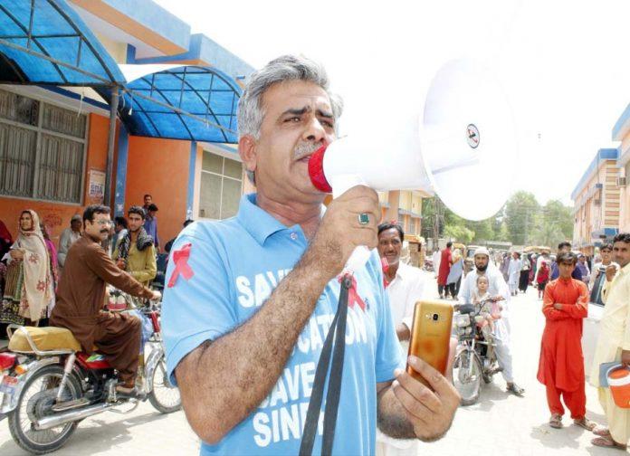 لاڑکانہ ،سماجی ورکر لیاقت میرانی لائوڈاسپیکر کے ذریعے ایڈز کے خلاف مہم چلارہے ہیں
