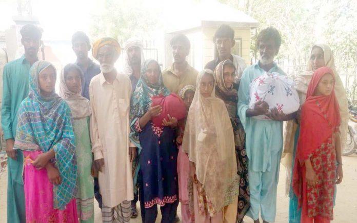 لاڑکانہ : نوجوان اظہر علی میر بحر کے قاتلوں کی عدم گرفتاری کیخلاف ورثا احتجاج کررہے ہیں