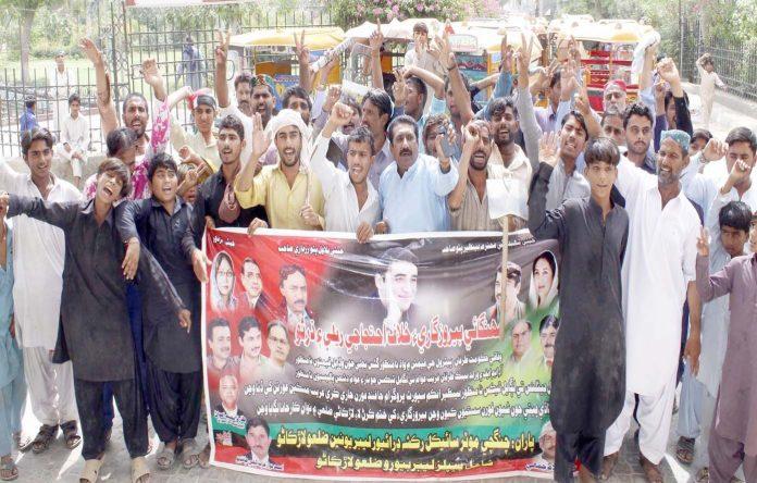 لاڑکانہ ،مہنگائی اور بیروزگاری کے خلاف چنگ چی رکشا لیبر یونین کی جانب سے احتجاج کیا جارہا ہے