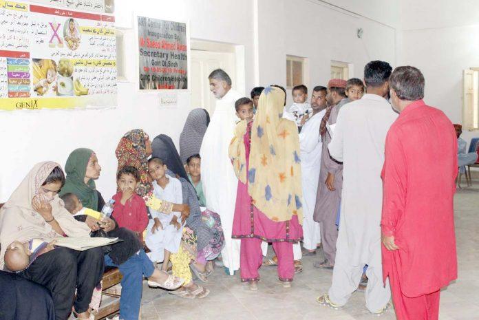 لاڑکانہ ،ایچ آئی وی کی بلڈ اسکریننگ کے لیے مرد وخواتین اور بچے قطار میں کھڑے اپنی باری کا انتظارکررہے ہیں