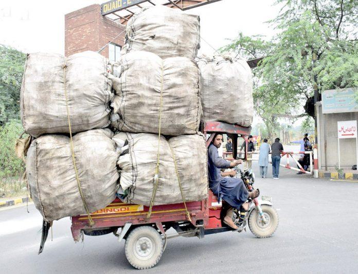 لاہور،ڈرائیور رکشے پر سامان اوورلوڈ کرکے لے جارہاہے جو کسی بھی حادثے کاباعث بن سکتا ہے