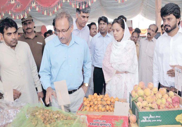 اوکاڑہ،صوبائی سیکرٹری معدنیات عامراعجاز اکبر گوندل سستا رمضان بازار میں اشیا خورونوش کا جائزہ لے رہے ہیں