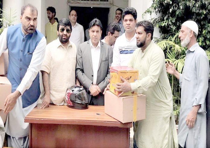 لاہور،وائس چیئرمین اوپی سی چودھری وسیم اختر مستحقین میں راشن اور ہیلمٹ تقسیم کررہے ہیں