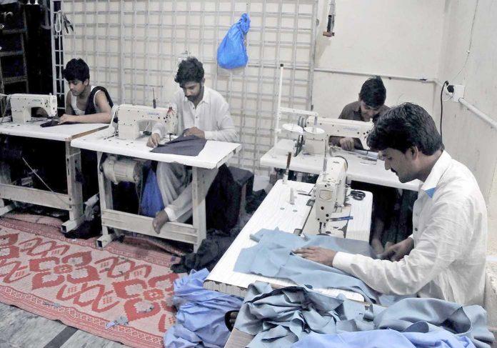راولپنڈی، عید کی تیاریوں میں مصروف درزی کپڑوں کی سلائی میں مصروف ہیں
