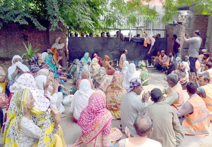 اسلام آباد ،سینیٹر ورکرز میئر کے دفتر کے سامنے مطالبات کی عدم منظوری کیخلاف دھرنا دیے بیٹھے ہیں
