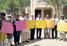 بہاولپور : پاکستان سرائیکی پارٹی کے کارکنان مطالبات کے حق میں مظاہرے کے دوران پوسٹر اٹھائے ہوئے ہیں