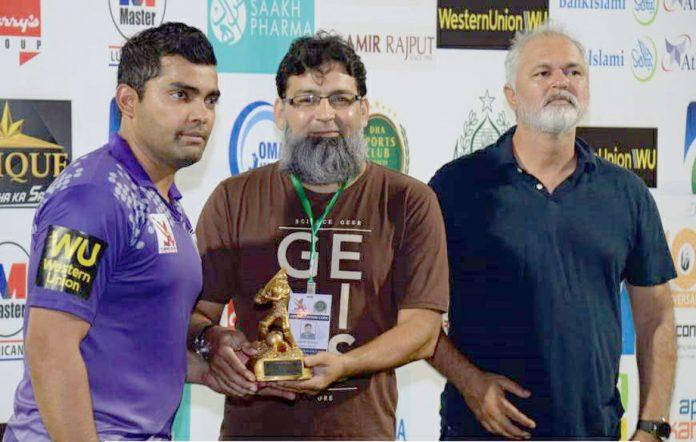 کراچی: کارپوریٹ ٹی 20کپ میں عمر ایسوسی ایٹس کے عمر اکمل مین آف دی میچ کا ایوارڈ وصول کررہے ہیں