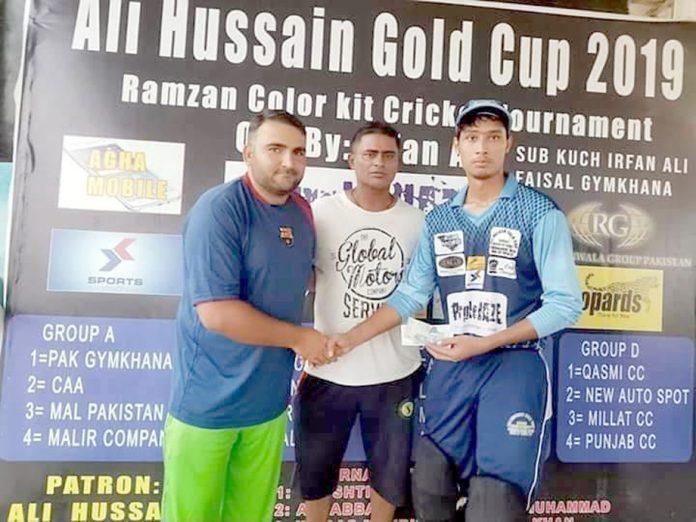 کراچی: الحسین گولڈ کپ کے مین آف دی میچ مہمان خصوصی سے کیش ایوارڈ وصول کرتے ہوئے