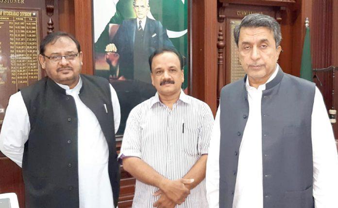 کنزیومر ایسو سی ایشن پاکستان حیدرآباد کے قائم مقام چیئر مین مختار خان کمشنر حیدرآباد ڈویژن عباس بلوچ سے ملاقات کر رہے ہیں