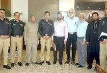 نکاٹی کے سرپرست اعلیٰ کیپٹن اے معیز خان کا اے آئی جی کراچی ڈاکٹر امیر شیخ سے ملاقات کے موقع پر لیا گیا گروپ فوٹو